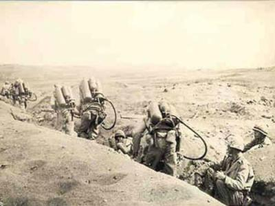 身背火焰喷射器的美国大兵在开往前线.jpg