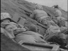 匍匐前进中的美军海军陆战队士兵,谁也不知道上去之后是生是死.jpg