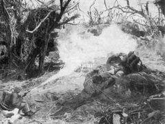 使用火焰喷射器清剿隐蔽于岩洞中的拒不投降的日军.jpg