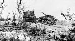 胜利靠惨重的伤亡和损失换来的,两辆被击毁的坦克.jpg
