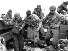 图为把负伤的陆战队士兵送回舰上,美军原打算5天拿下硫黄岛,却打了整整一个月时间的硬仗!.jpg